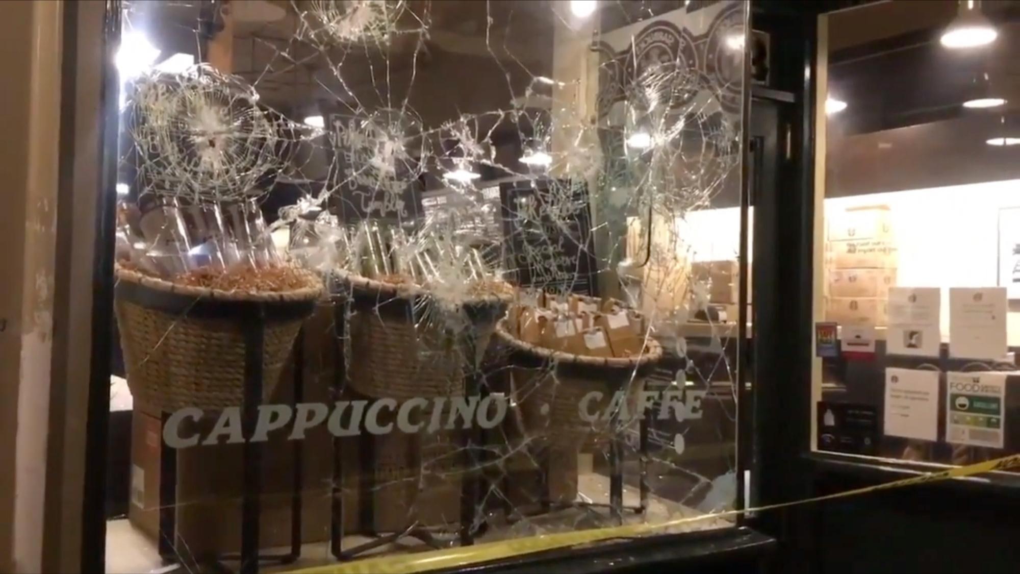 拜登就职当天,美国星巴克创始店被抗议者砸了