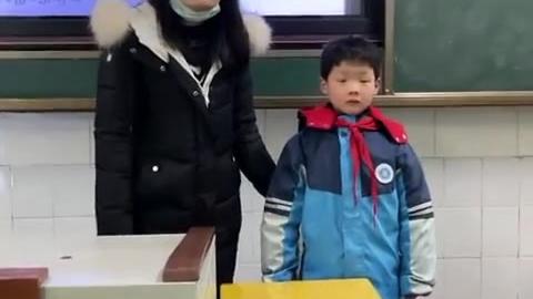 8岁小朋友捡到3岁小朋友交给警察 ,警察叔叔上门为他送奖状