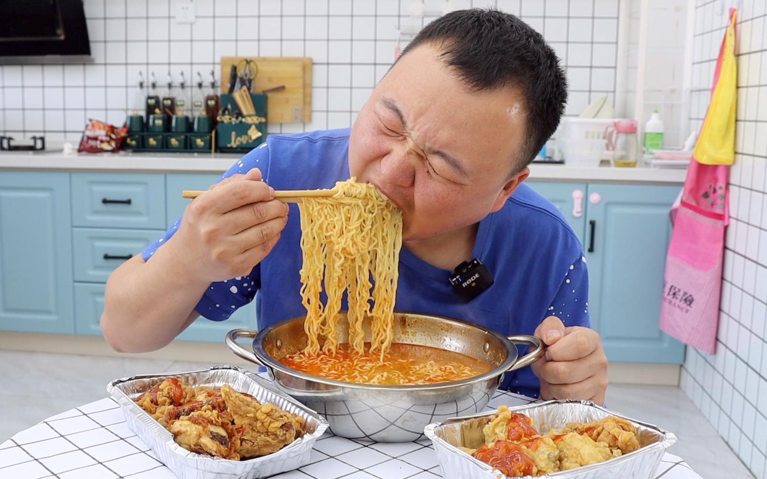 小伙饿了,煮点泡面配韩式炸鸡,一顿狂吸,狂啃,特过瘾!