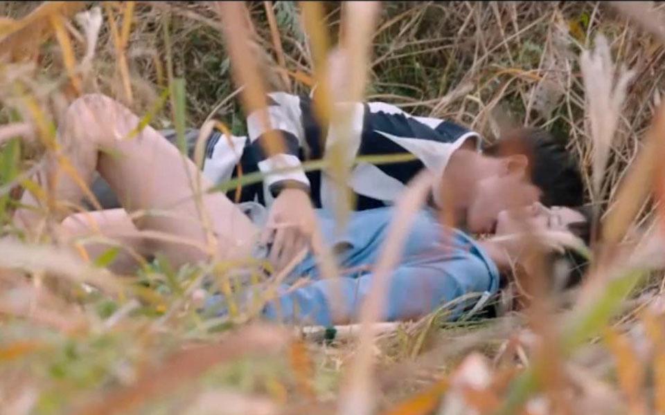 韩国犯罪片《蚯蚓》,女孩躲进草丛里,没想到意外发现女同学的秘密。