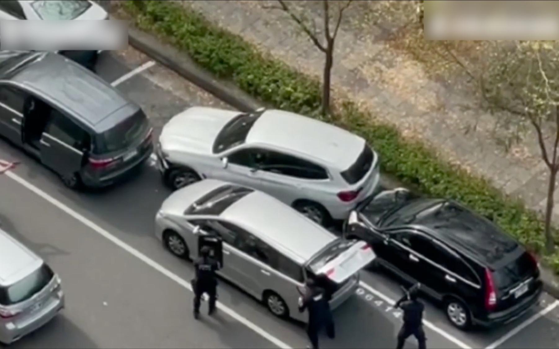 台湾高雄街头枪声大作,警察连开19枪打死劫匪嫌犯
