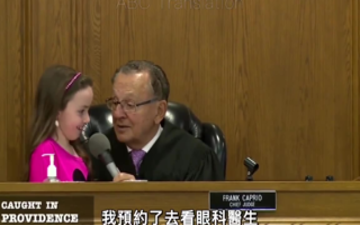 老法官讓被告女兒判刑,女兒求情理由讓全場笑翻天