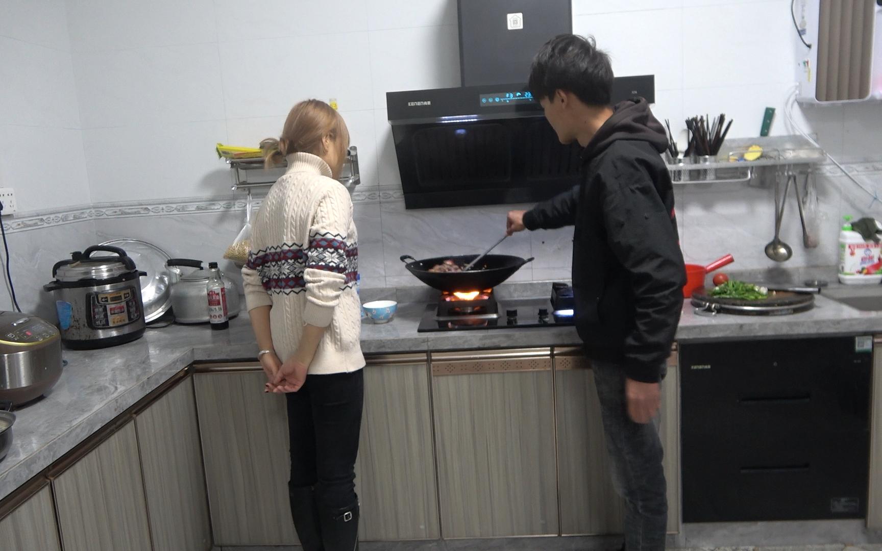 小明邀请小丫到家做客,特地准备了一道新鲜美食,美女直夸好吃