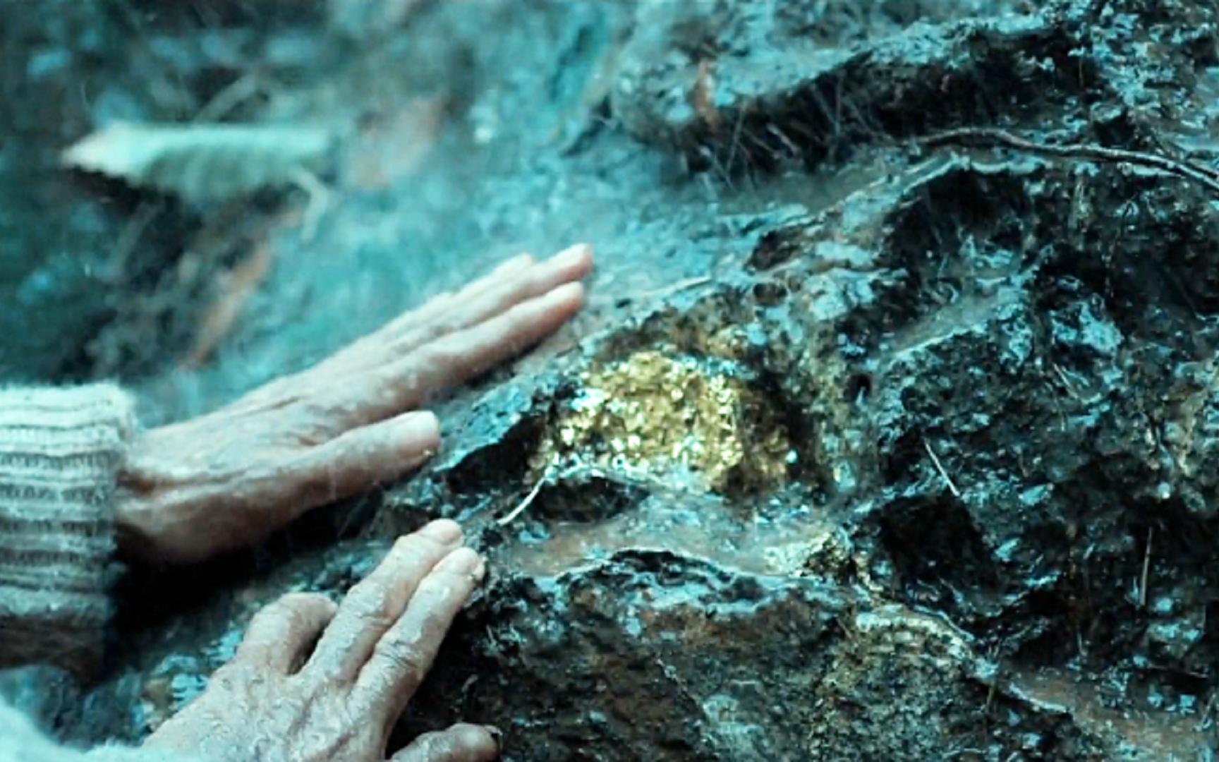 老太太发现金矿,却被人骗说是黄铁,一部韩国犯罪片
