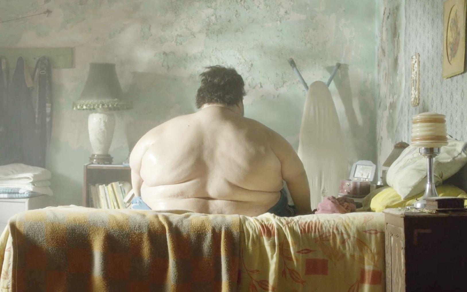 一个400多斤的胖子,出门要用卡车运,却要冒死出门圆梦!