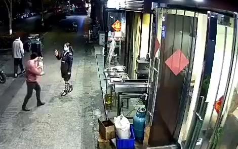 凌晨烧烤店没什么生意 妻子陪丈夫练起拳击