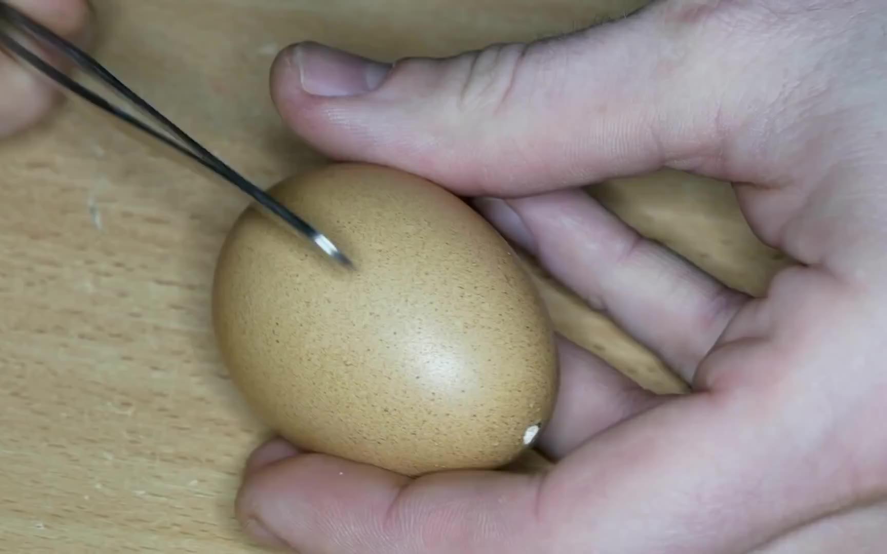 子弹穿过鸡蛋壳的瞬间,用环氧树脂封印,这创意真是绝了