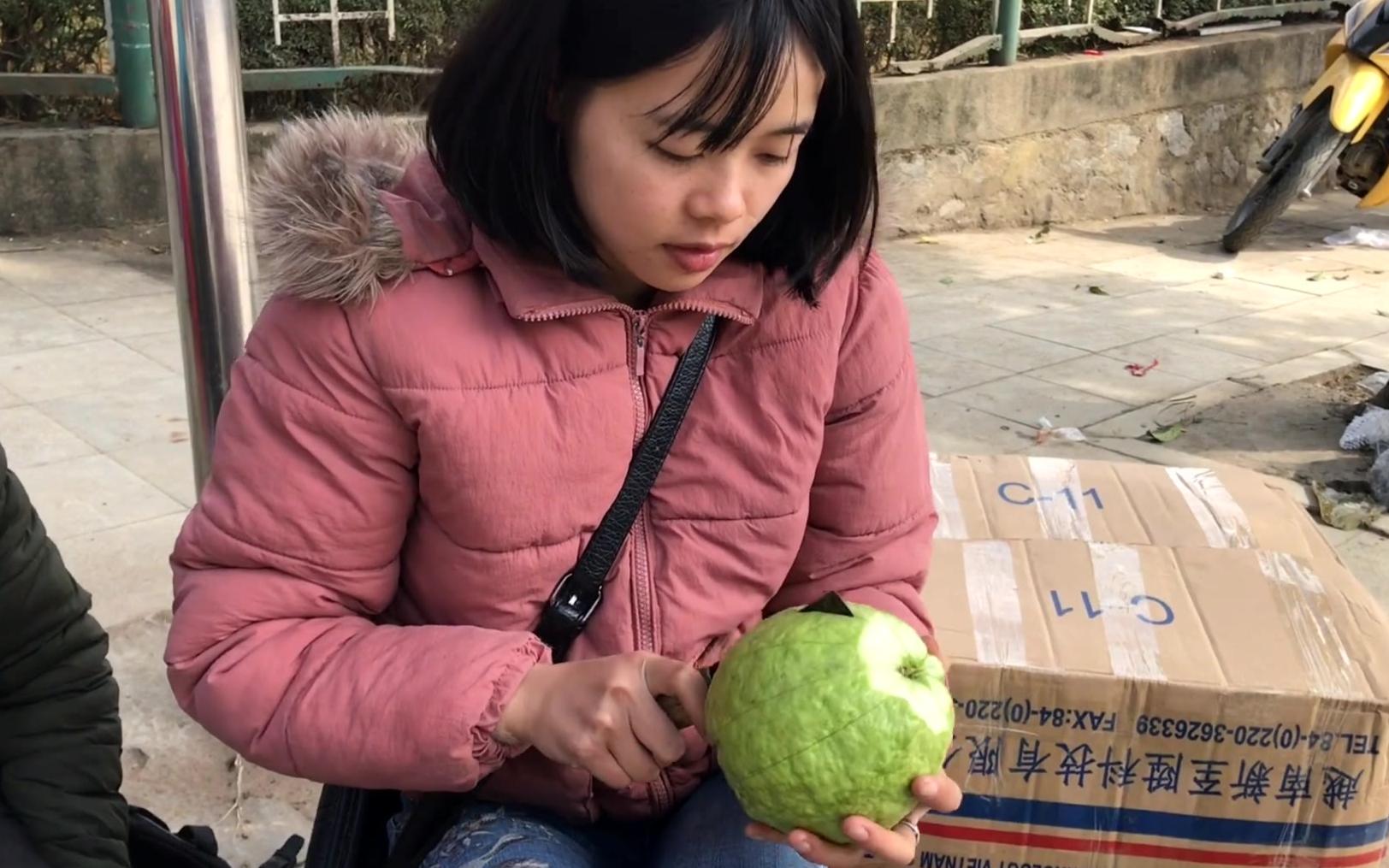 中文不错的越南美女失业了,却只能摆地摊卖水果为生,最后视频有个惊喜。