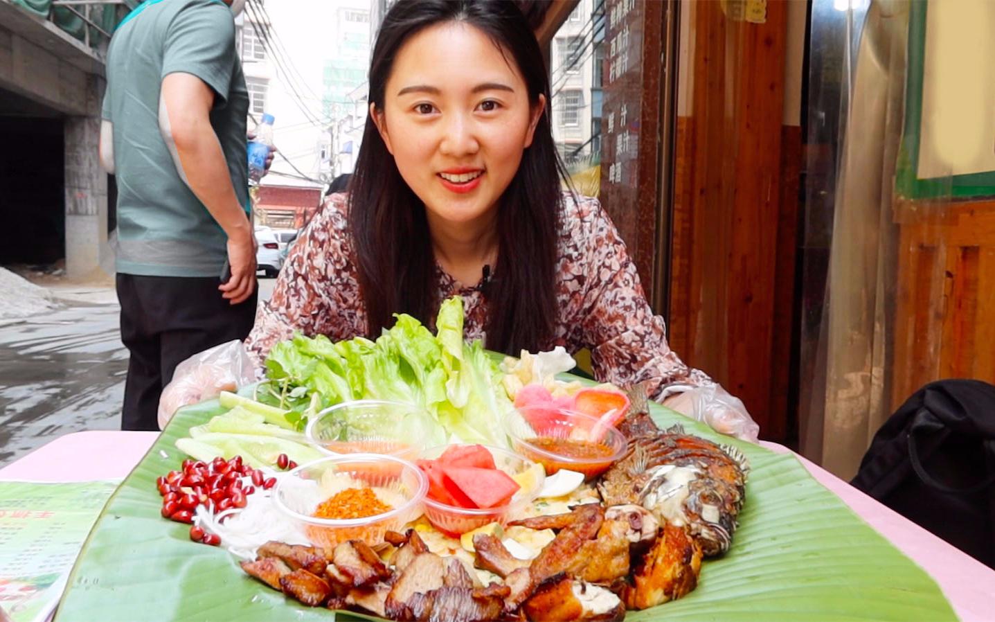 来西双版纳吃手抓饭,99元鸡鱼肉蛋饭铺一桌,没餐具都得抓着吃