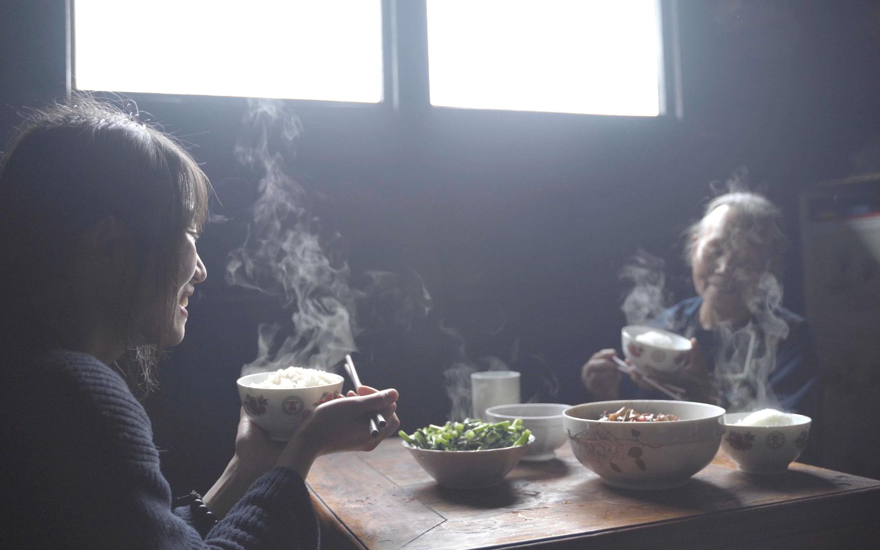 去深山苗寨走走,吃了人家一顿柴火饭,打算给钱老人说拿钱没意思