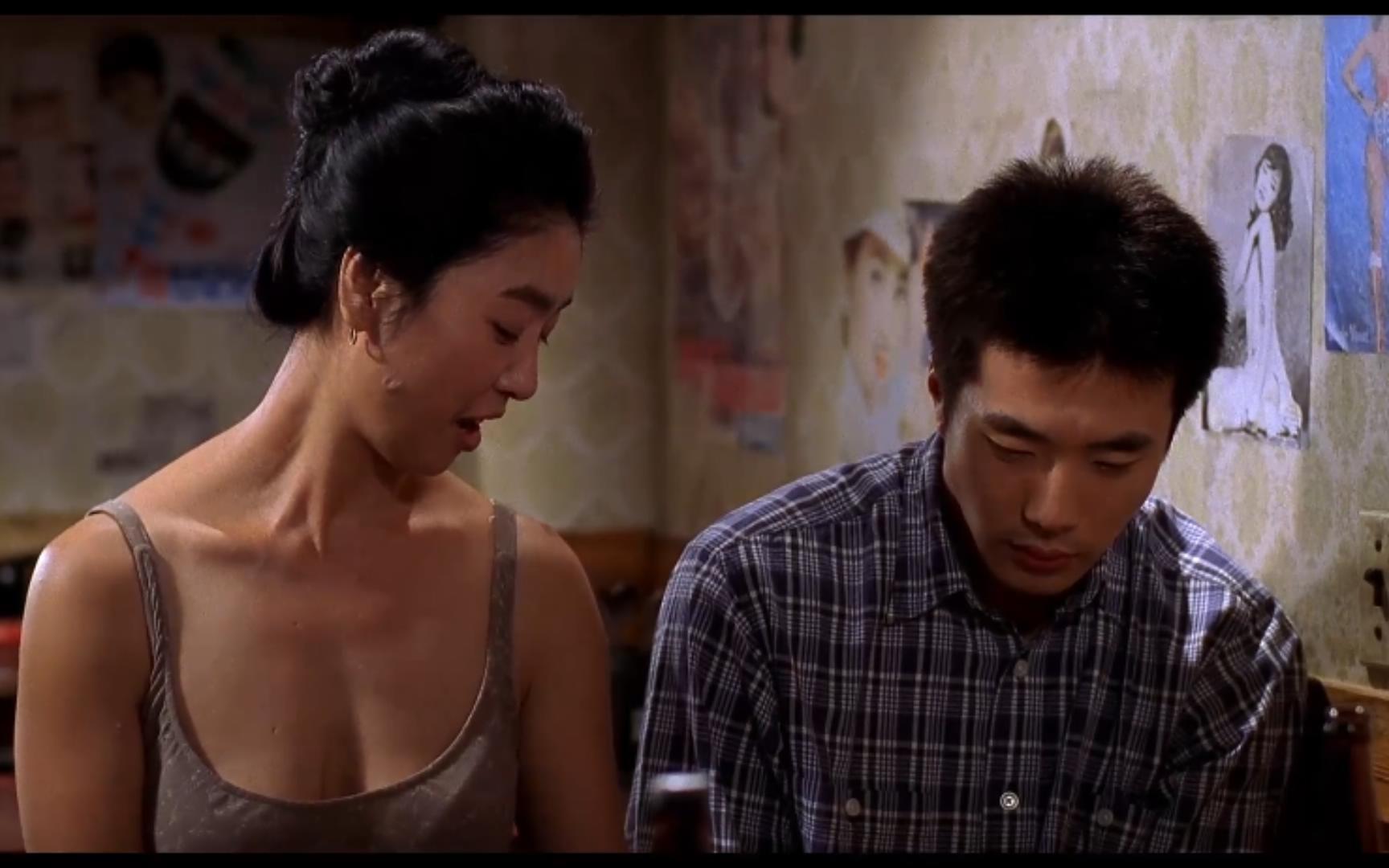 小伙被基友横刀夺爱,酒馆老板娘趁机安慰,70年代混乱的韩国