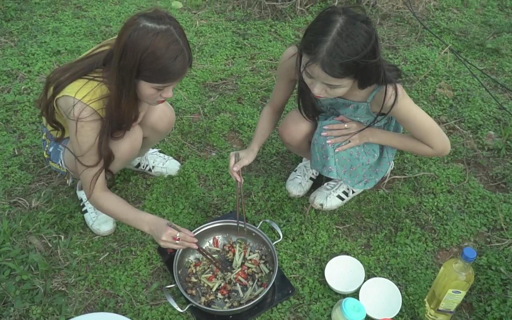 越南农村姐妹花下塘抓田螺,做一道辣椒炒田螺