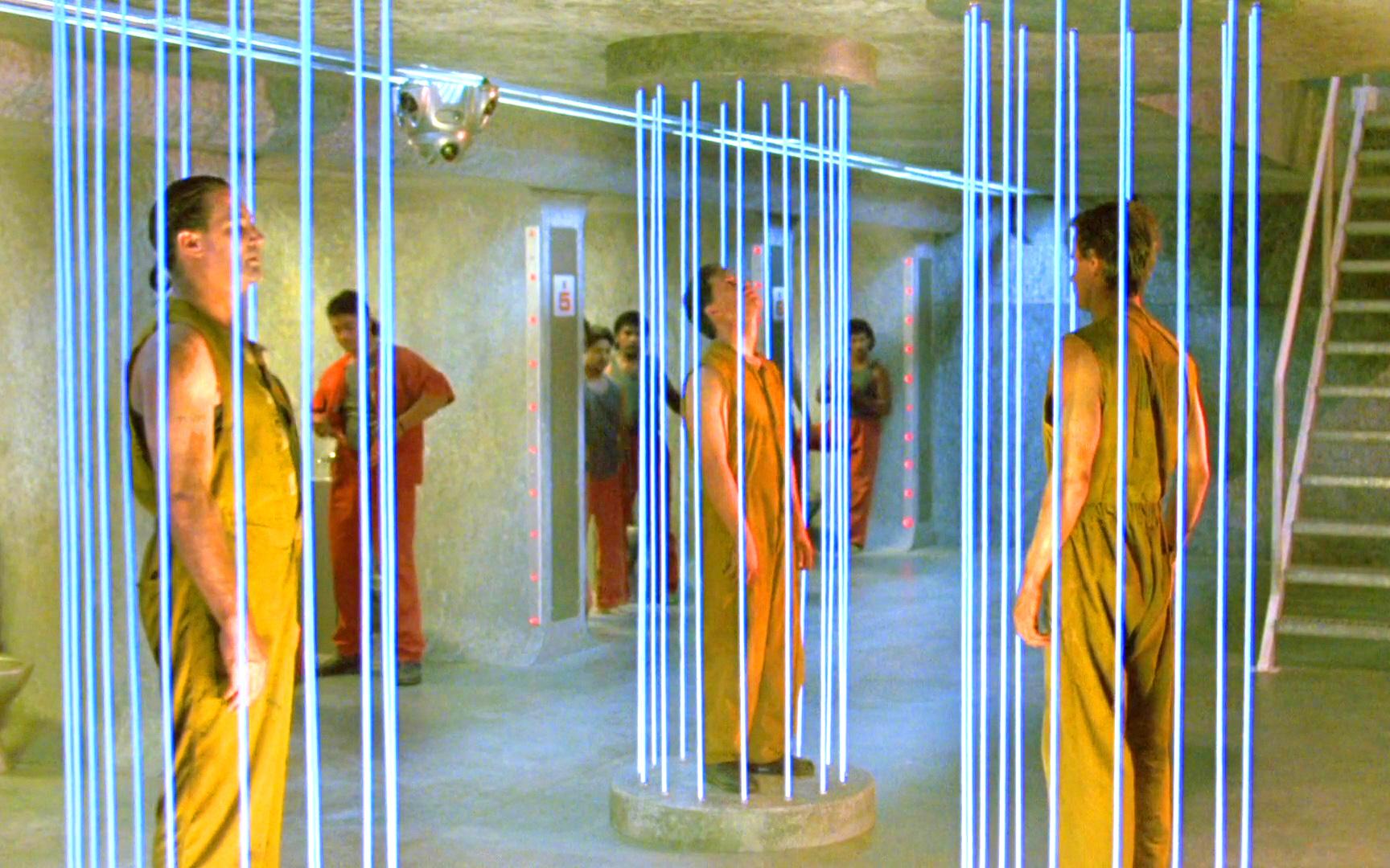未来监狱由激光围成,犯人一旦接触,就会被致命激光切割!速看科幻电影《魔鬼武器》