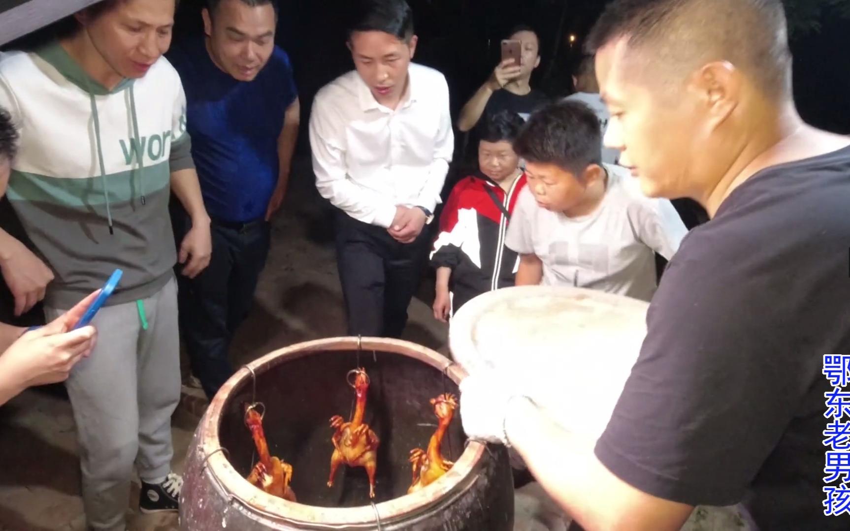 小六和村长用大瓦缸做烤鸡,老男孩第一次吃到鸡美丽,味道美滋滋