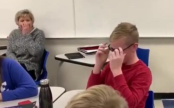 当色盲患者带上矫正眼镜后,仿佛重新认识了世界。这时候他们很多人才真正知道,这个世界有多美……
