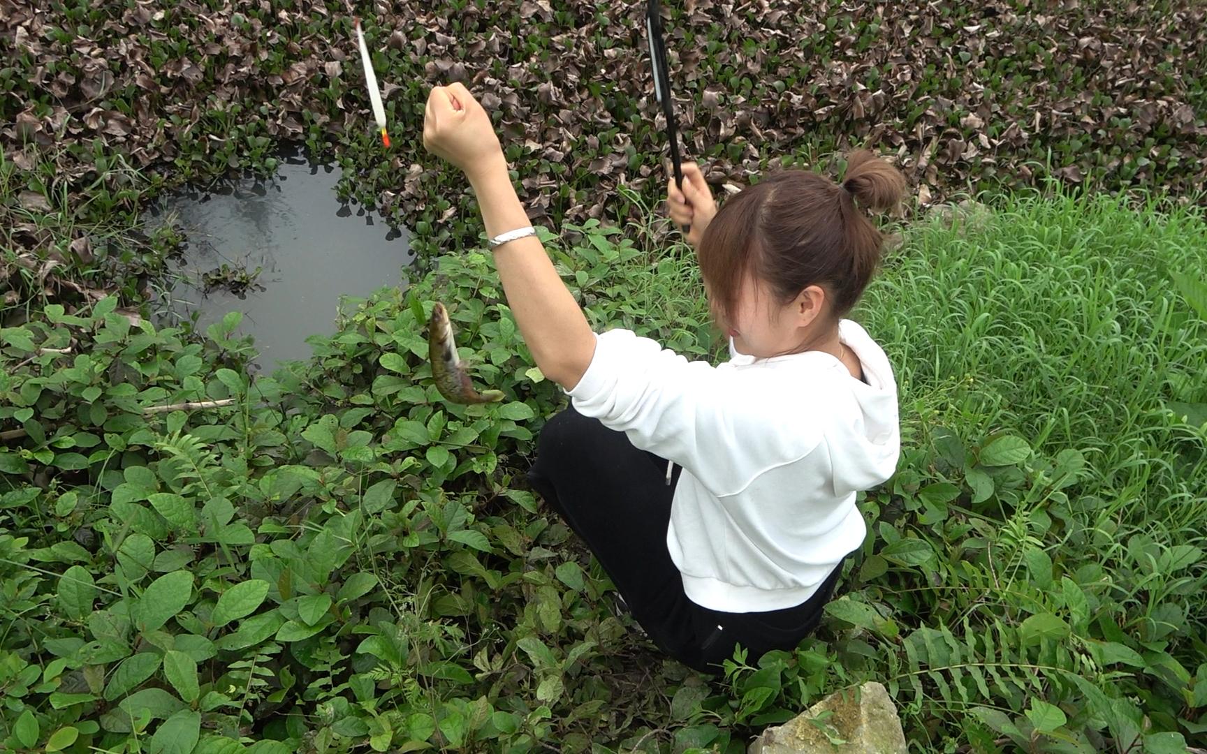 野钓:浓密的水葫芦扒开一个口,2小时后两人轮流甩杆,过瘾了