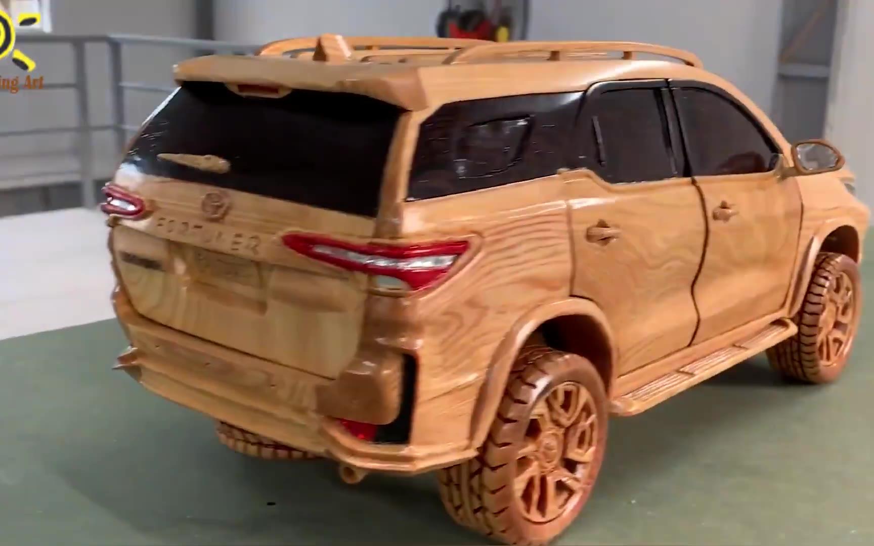 小伙用木头雕刻一辆SUV