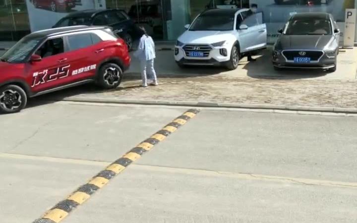 男子看到女司机停车目测车位,果断让她三分,好人啊。。。