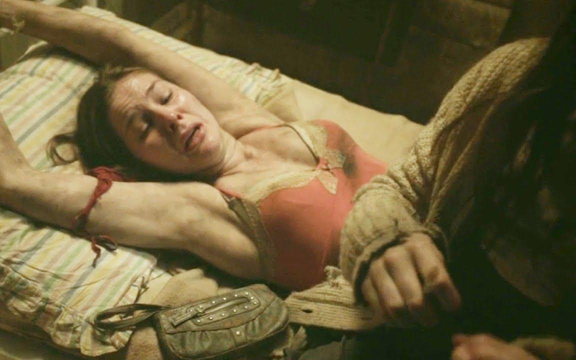小镇被佔领,女孩全部抓,受尽军人侮辱,还好看著最瘦弱的女孩敢于反抗