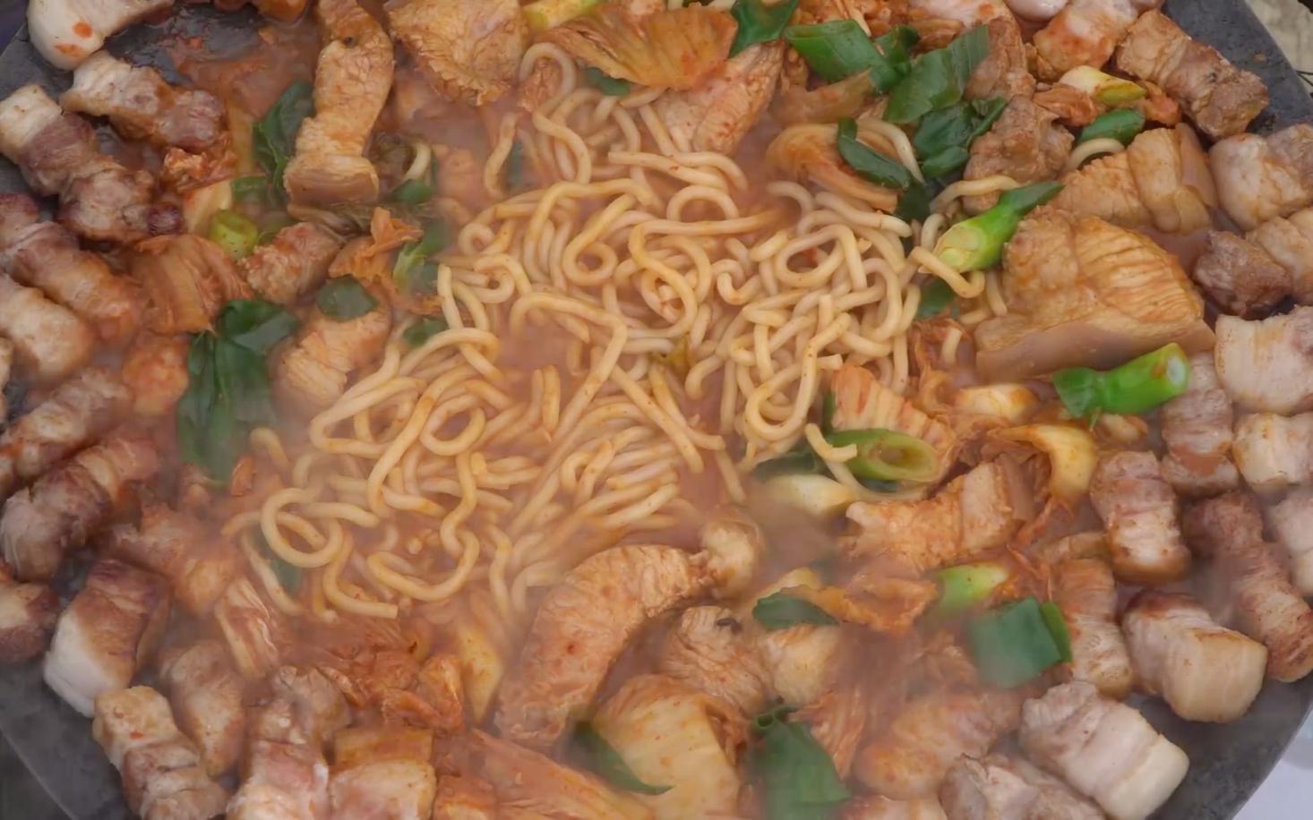 与家人共享焦香酥脆的烤肉,放入泡菜和牛肉汤,别有一番风味!