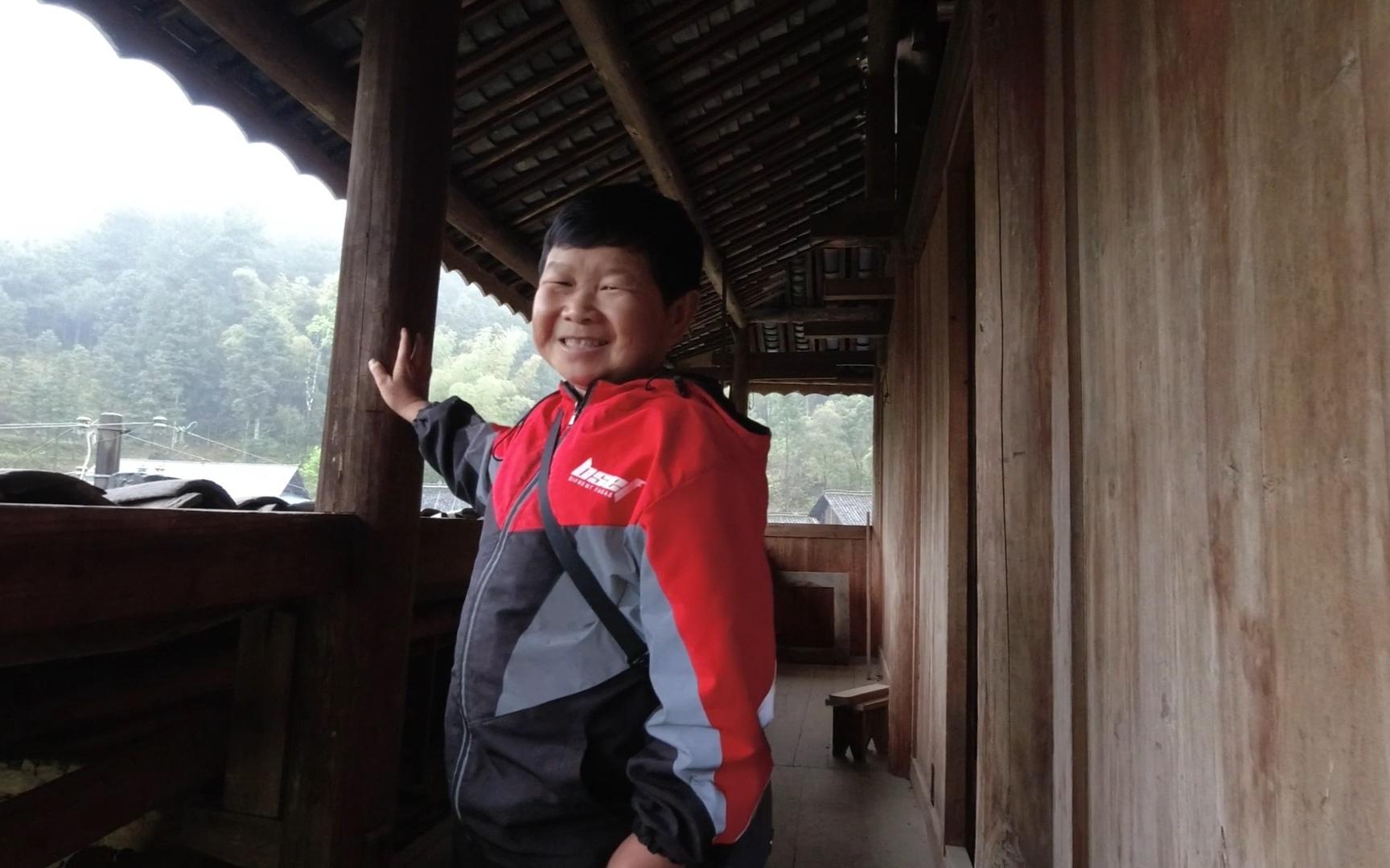 秋子带老男孩了解侗族木楼,老男孩第一次看到这样建设感慨很深