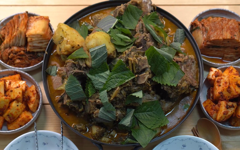 用高压锅制作营养的猪骨汤,搭配萝卜干菜和土豆,味道赞爆了!