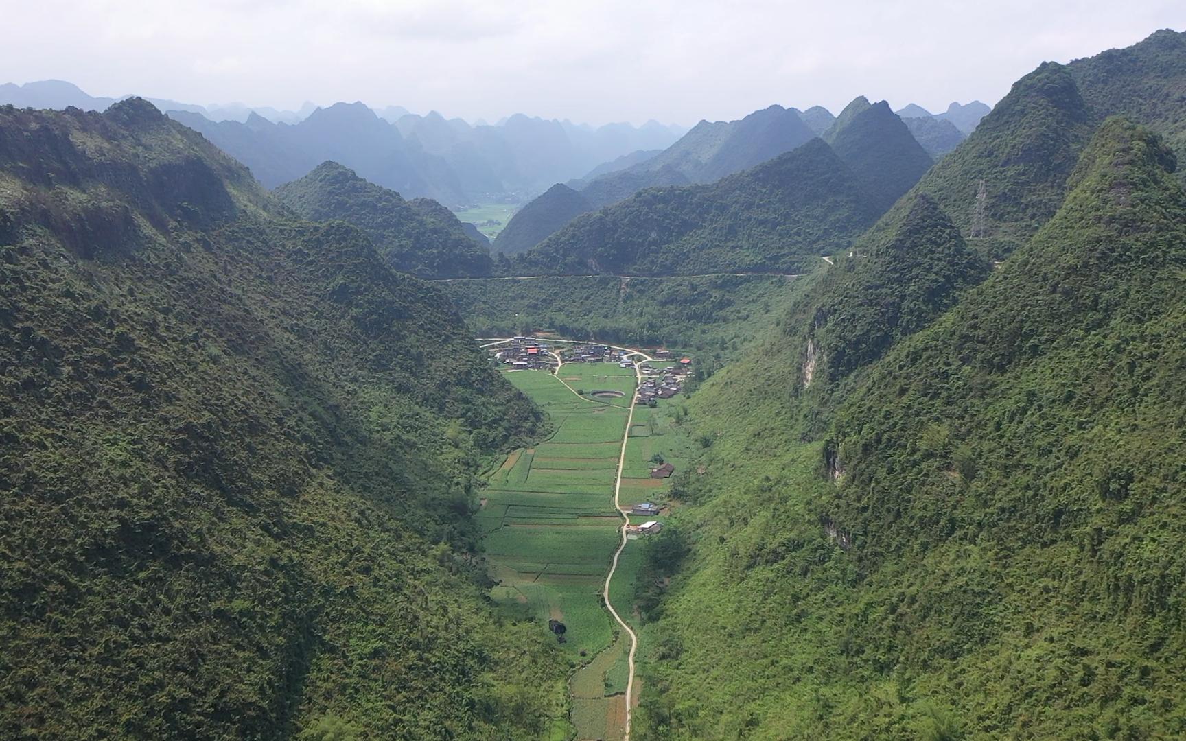 航拍:大山坳下的村庄,崎岖的山路落差几百米,老司机看了都发抖