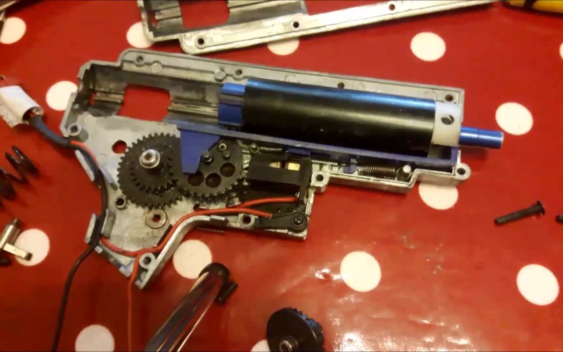 [油管搬运]电动玩具2号波箱的拆组以及原理介绍