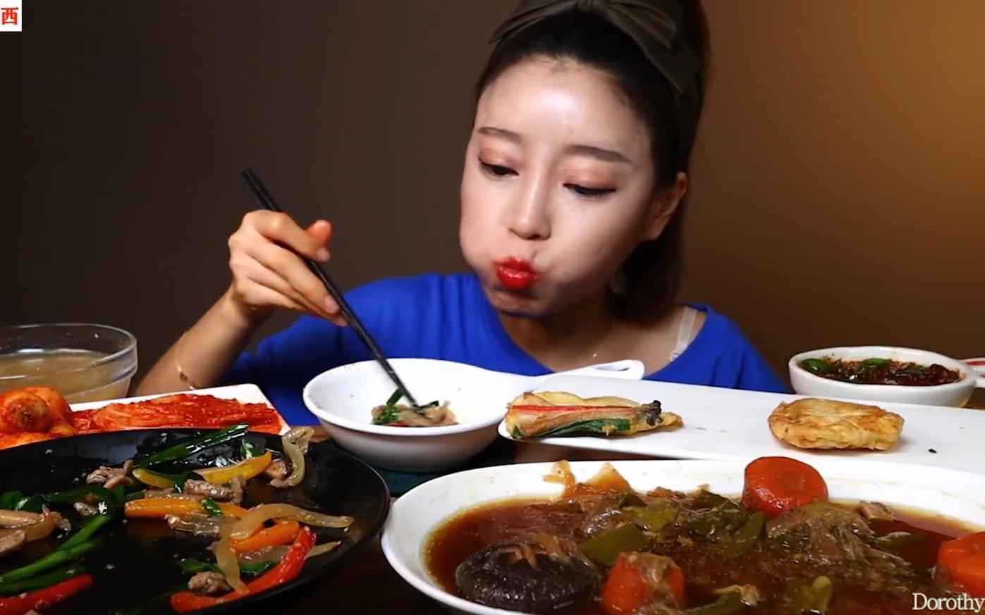 学网上食谱做了炖猪肉排骨,搭配泡菜一起吃,爽口又有嚼劲!
