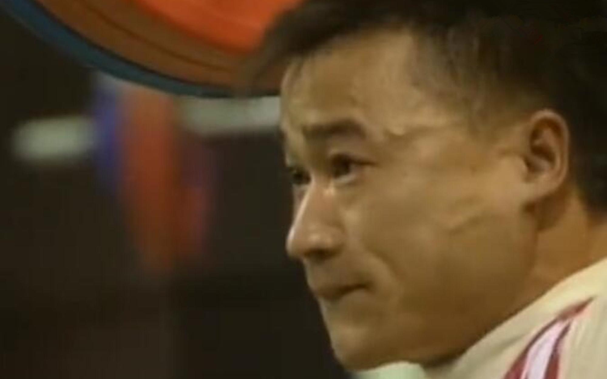 裁判忘了亮灯,中国举重选手苦苦坚持,教练急得冲上赛场