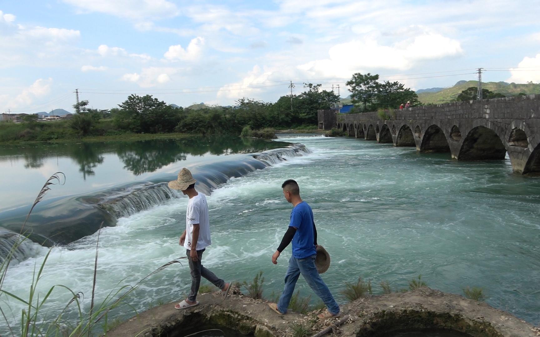 农民利用水位落差发明永动水轮泵,运转几十年不费油电,太牛了