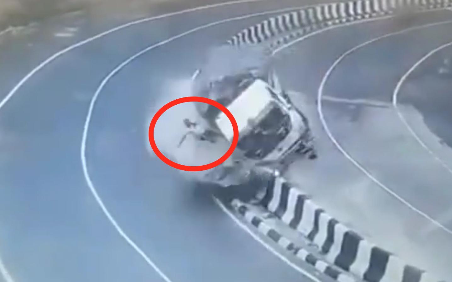交通事故合集:女学员在科目三快通过时被社会车辆逼停,崩溃大哭:都是你害的!