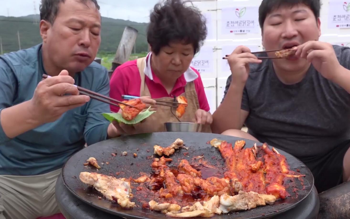 和父母享用外焦里嫩的带骨鸡排,最后给孩子们送去了300份鸡排 !