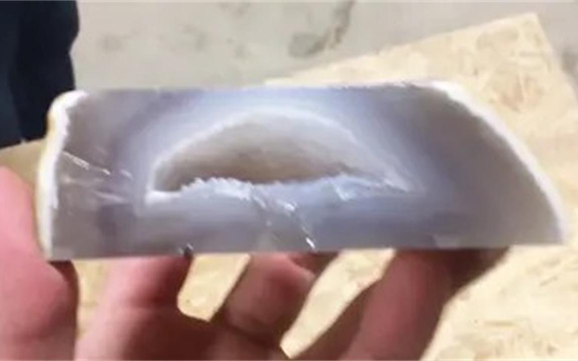 一亿年前的水是什么味道?作死老外打开水胆玛瑙尝试,味道酸爽