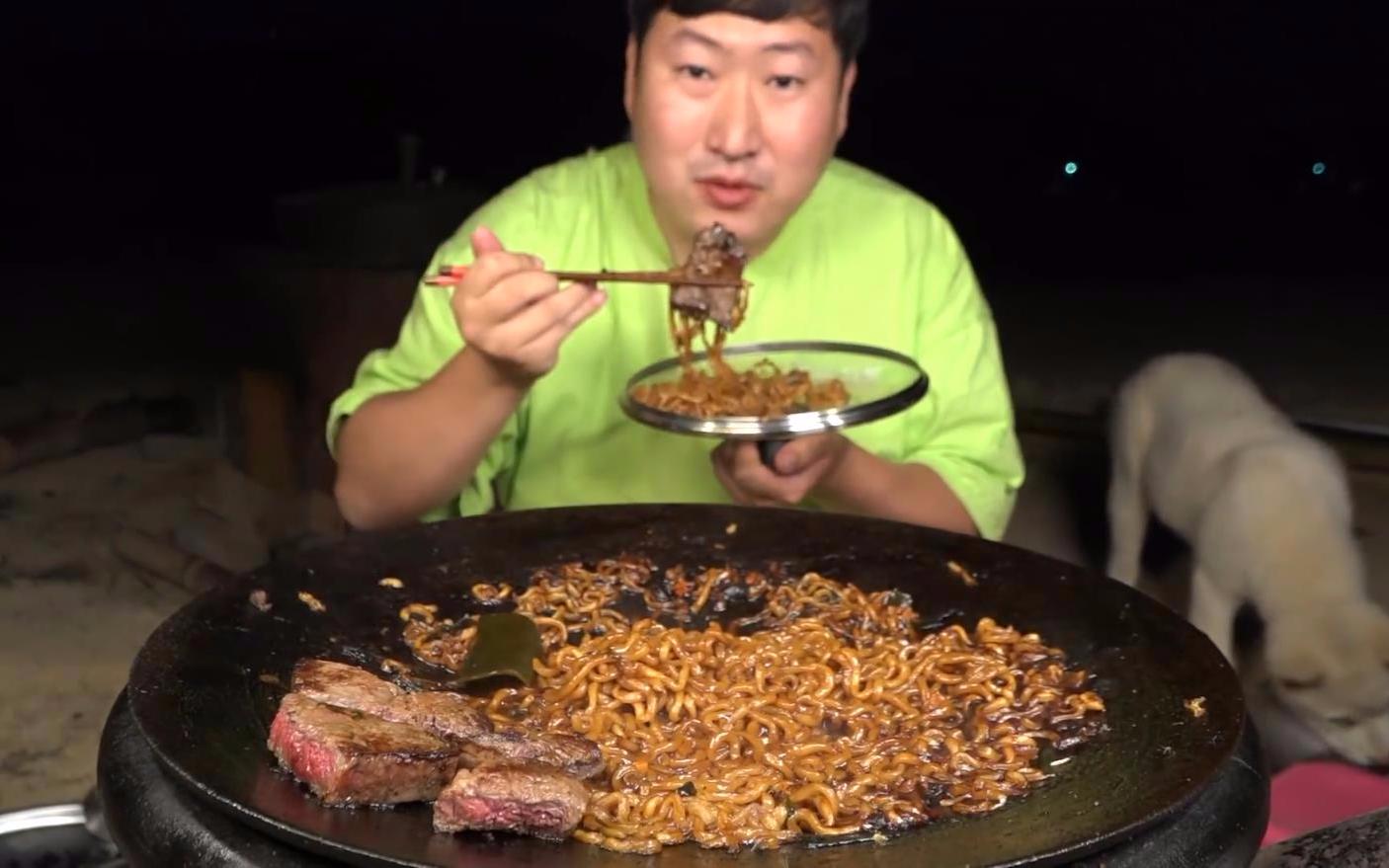 深夜一人独享美味黏稠的炸酱面,配上一些烤肉吃起来直流口水!