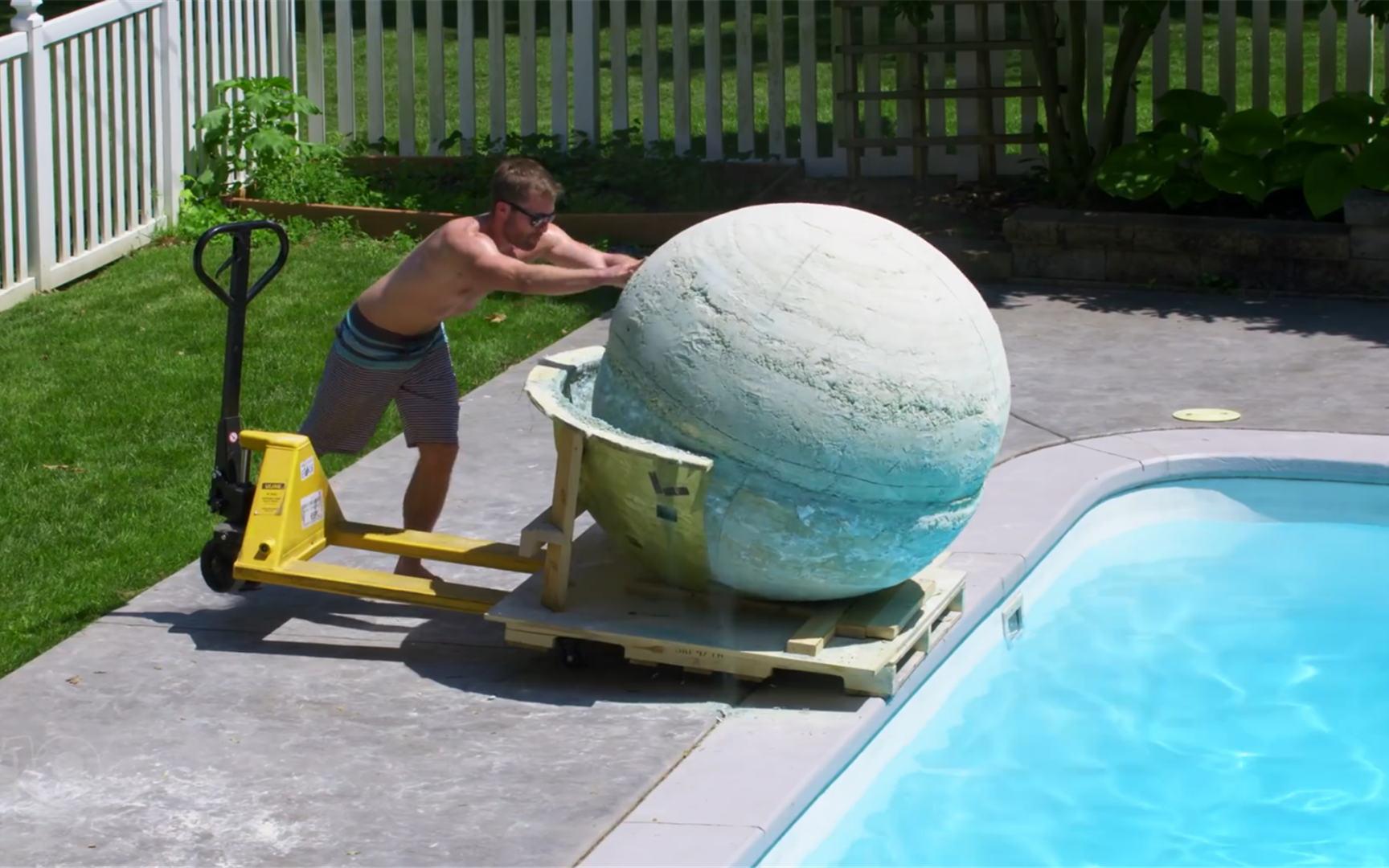 老外把2000磅的沐浴炸弹推入泳池,三秒后,场面有些失控!