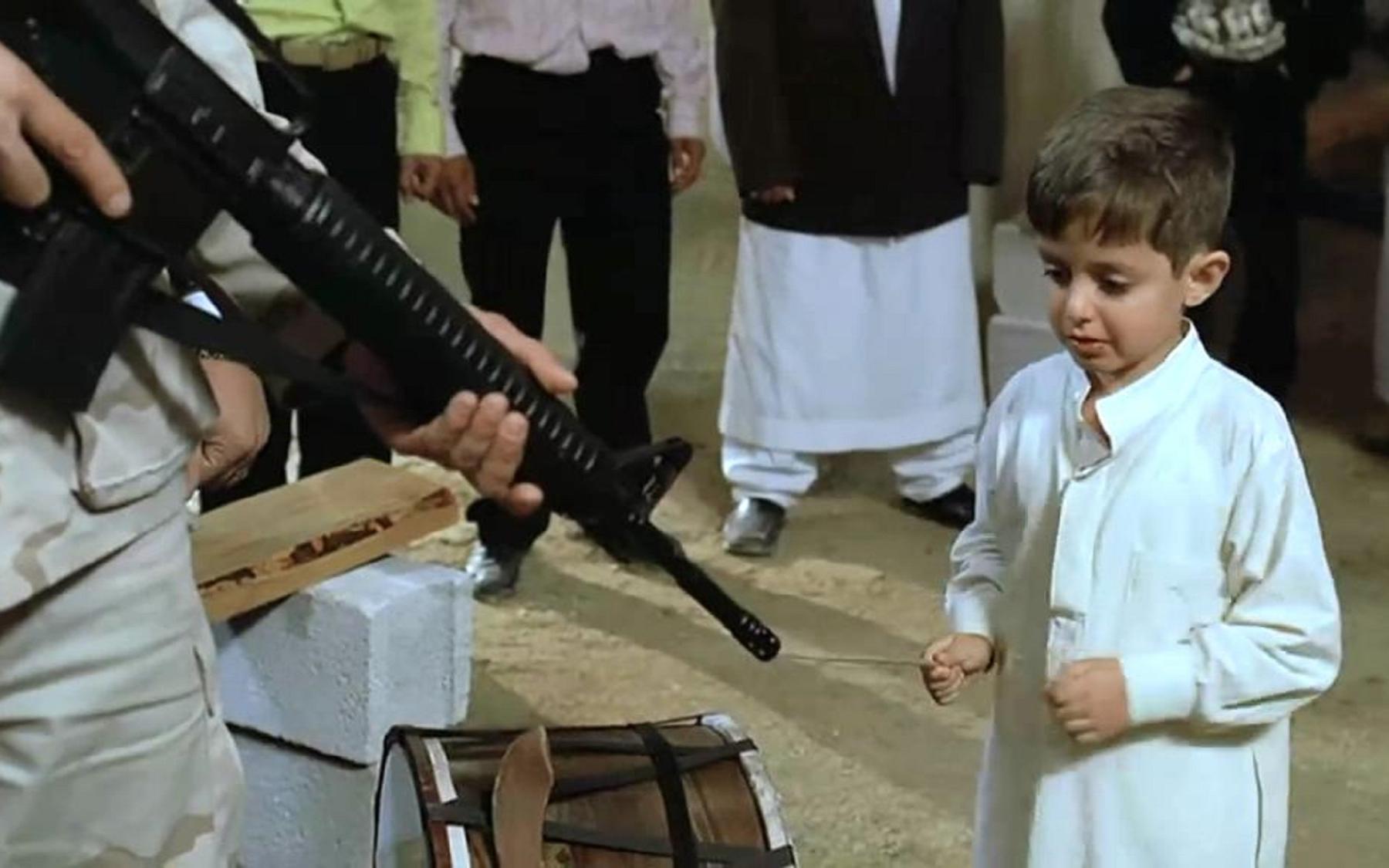 一部揭露美国军队残暴横行的电影:小男孩好奇美大兵的枪,轻轻一碰,却惨遭枪杀!