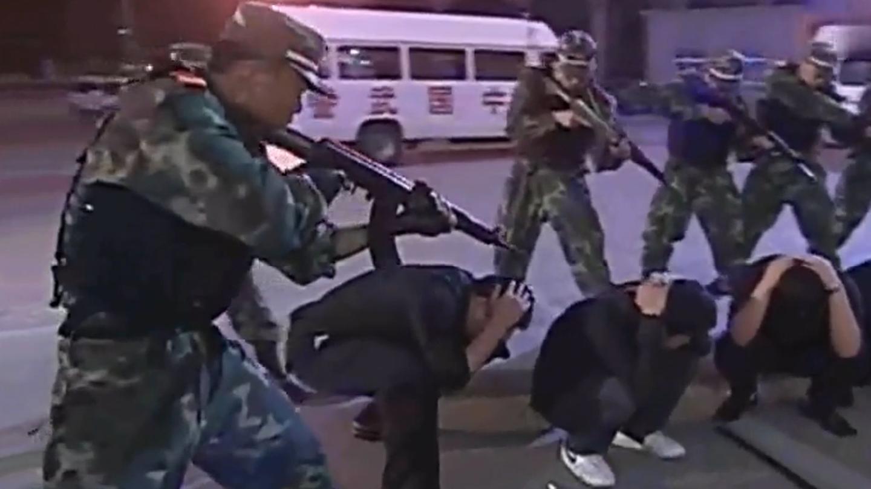影视: 警察执行任务, 被群混混拦截, 哪料武警一来全怂了!