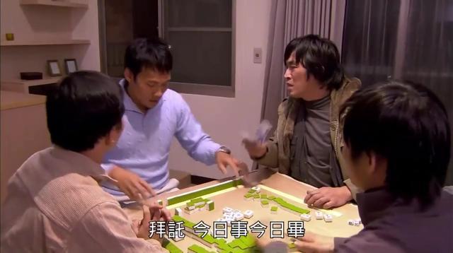 至尊王: 三家联手出千, 用脚传牌, 结果衰男拿牌一闻逗了