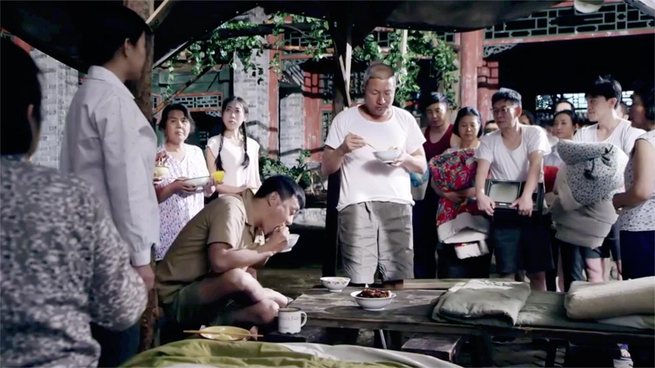 四合院: 地震弄得大家无家可归, 还好有傻柱, 全院都吃上了大锅饭